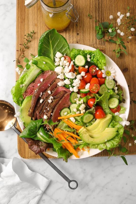 mixed greens steak salad with red wine vinaigrette