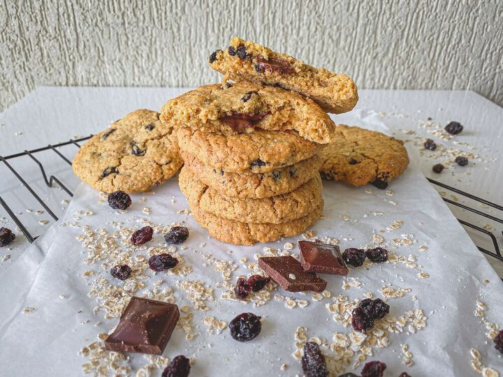 dark chocolate filled oatmeal raisin cookies with brown butter