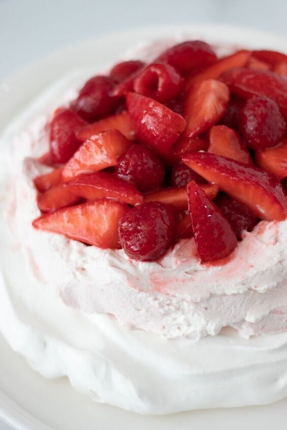 pavlova with red berry sauce