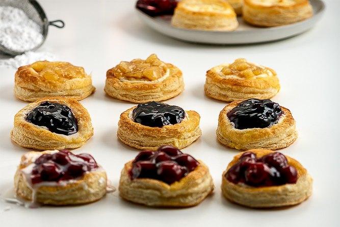puff pastry cream cheese fruit danish foto visualista