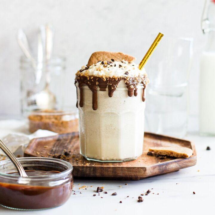 vanilla biscoff milkshake with chocolate drizzle