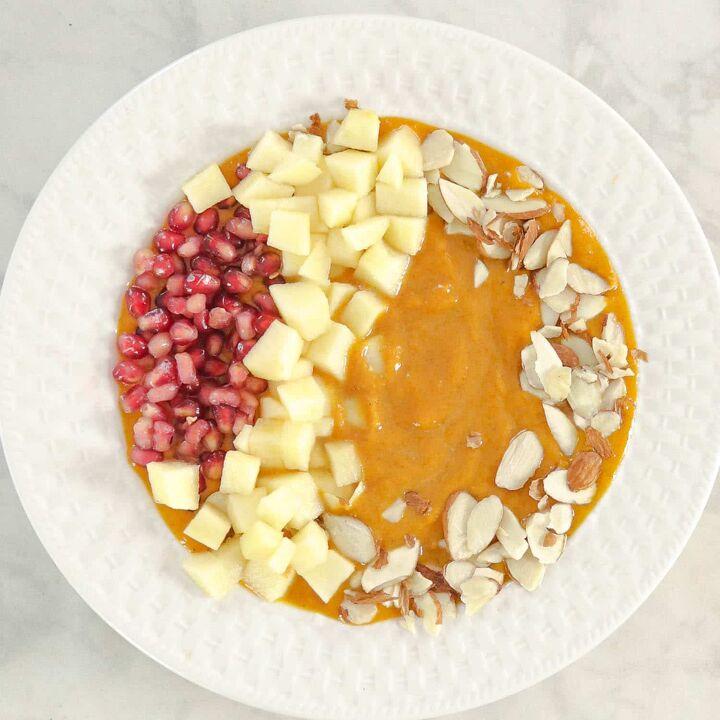healthy pumpkin smoothie bowl with pumpkin pie spice mix