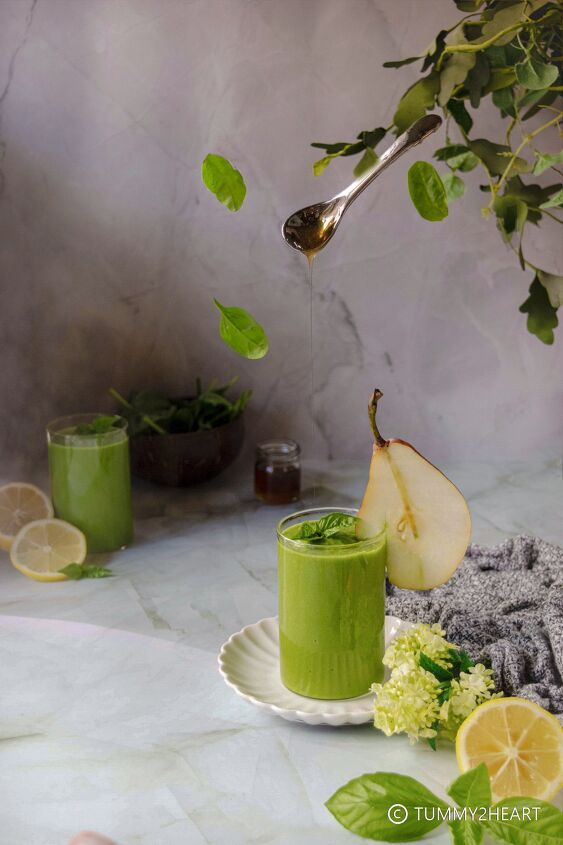 green smoothie with pear spinach and ginger